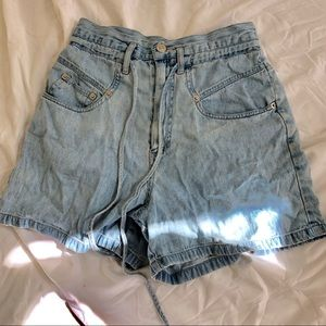 Vintage high waisted paper back short
